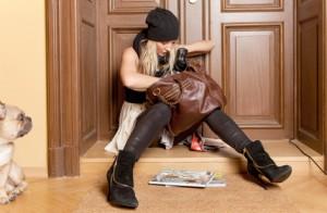 Frau sucht Schlüssel vor Türe